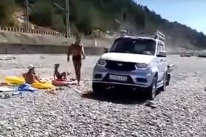 В Сочи водитель проехался на джипе по вещам отдыхающих и попал на видео
