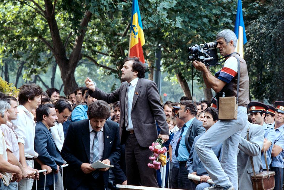 Лидер Народного фронта, писатель Ион Ходырка на митинге, 1 июня 1989 года