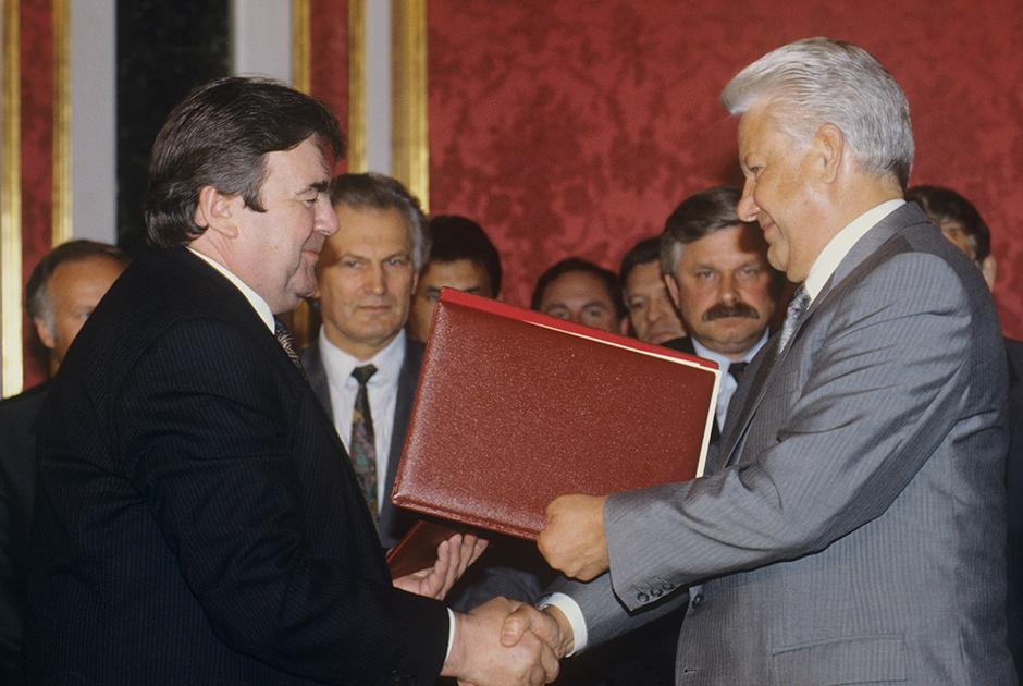 Президент РФ Борис Ельцин и президент Молдавии Мирча Снегур после подписания договора о мерах по урегулированию конфликта в Приднестровье