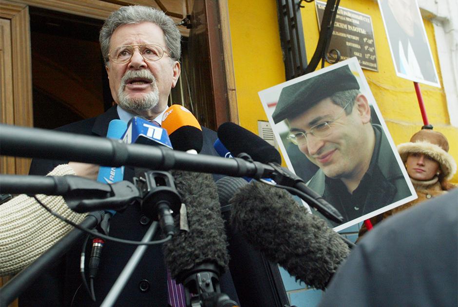 Генрих Падва — адвокат Михаила Ходорковского — у здания Басманного суда Москвы