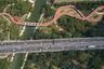 """Шестикилометровую дорогу <a href=""""https://www.dezeen.com/awards/2020/longlists/jiangyin-greenway-weaving-and-stitching/"""" target=""""_blank"""">Jiangyin Greenway</a>, предназначенную для пешеходов и велосипедистов, проложили через несколько парков китайского округа Уси. Дополнительно на трассе разместили детские площадки, амфитеатры и беседки. Проект от команды Brearley Architects + Urbanists призван способствовать развитию зеленого транспорта, а также сделать жизнь горожан комфортнее."""