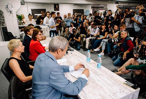 На первом плане за столом — Павел Латушко, уволенный за забастовки директор Купаловского театра в Минске; за ним сидит Мария Колесникова; за ней— юрист Лилия Власова.