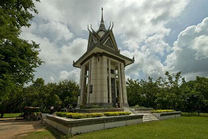 Памятник жертвам режима красных кхмеров