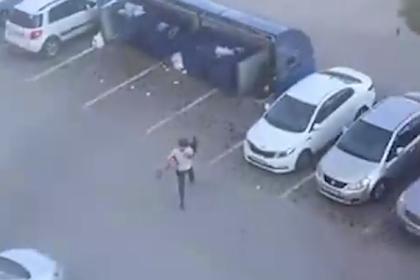Россиянин бросил женщину в мусорный бак и попал на видео