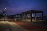 """Раньше на месте <a href=""""https://www.dezeen.com/awards/2020/longlists/xinhua-waterfront/"""" target=""""_blank"""">набережной Синьхуа</a> в китайском Шанхае находился закрытый промышленный док. Но специалисты из West 8 реновировали его, превратив индустриальные конструкции в затеняющие элементы парка. Теперь здесь зеленое пространство длиной почти два километра с беговыми и велосипедными дорожками."""
