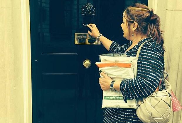 Леханн Сергисон на Даунинг-стрит с письмами родственников и друзей убитой
