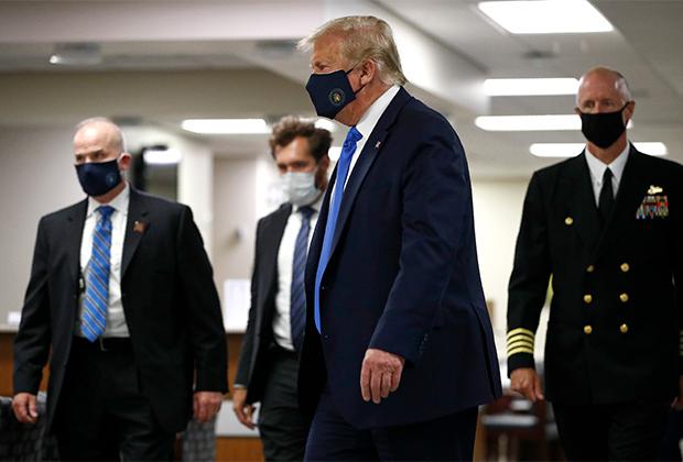 Президент США Дональд Трамп появился на публике в маске — впервые за долгое время