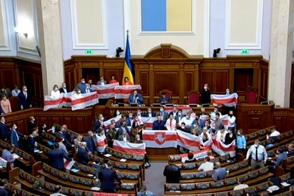 В Верховной Раде вывесили флаги белорусской оппозиции