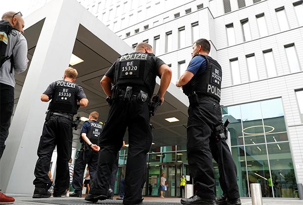 Полицейские охраняют больницу «Шарите», где находится Навальный