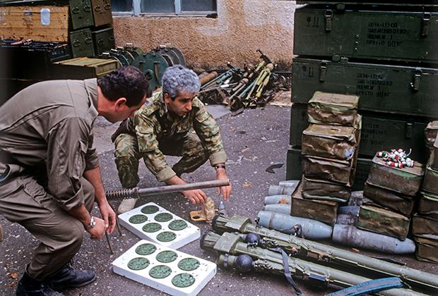 Нагорный Карабах. Город Мардахерт занят азербайджанскими войсками. Склад оружия, захваченный у армян. 1-07-1992