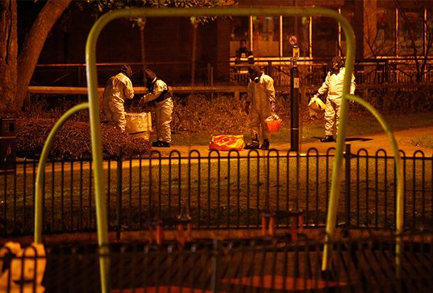 Сотрудники экстренных служб работают рядом с местом, где нашли отравленного Скрипаля