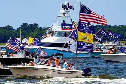 Несколько лодок затонули на параде в поддержку Трампа