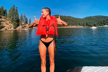 Жена Бибера снялась в бикини во время отдыха на яхте с мужем