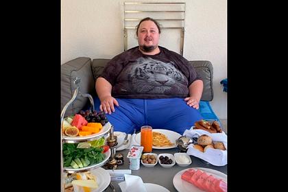 Сын Никаса Сафронова показал свой завтрак на отдыхе в Турции