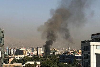 Дым поднимается от места, где на Амруллу Салеха попытались совершить покушение