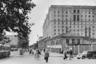 В 60-е годы прошлого века было издано несколько серий открыток под названием «Москва старая и новая», где первые фотографии Грановского сравниваются с современными на тот момент снимками. «Разумеется, эти открытки стали бесценным источником для историков, давая возможность наглядно увидеть изменения, произошедшие в городе за 30 лет», — отметила Лихачева.<br><br>На снимке уже тогда прослеживались все тренды будущего московского благоустройства: широкие чистые улицы, ровное дорожное покрытие, озеленение. Между тротуаром и проезжей частью даже виден прототип велодорожки. Слышно и эхо реновации — огромные «сталинки» постепенно вытесняют бревенчатые дома.