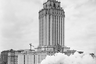 """Еще одна высотка — <a href=""""https://ru.wikipedia.org/wiki/Ленинградская_(гостиница)"""" target=""""_blank"""">гостиница «Ленинградская»</a> на Комсомольской площади (Площадь трех вокзалов). Такие здания были призваны стать архитектурными доминантами столицы, заменив собой церковные колокольни.<br><br>«Сталинские высотки были спроектированы после войны, когда США и западный мир в целом уже сделали решительный выбор в пользу модернистской архитектуры. СССР, считая модернизм проявлением деградации Запада, еще 10 лет после победы настаивал, что архитектура должна развивать лучшие достижения прошлого. Негласно в это наследие прошлого попали и американские небоскребы 1910-1930-х годов. Советские высотки отличались от них широким основанием, необходимым на неустойчивых московских почвах, а также наличием шпиля», — рассказывает Лихачева.<br><br><a href=""""https://www.mos.ru/news/item/75106073/"""" target=""""_blank"""">Каланчевский путепровод</a>, на котором видно паровоз, получил свое название от каланчи — высокой башни царского путевого дворца, который стоял на площади в XVII веке. Теперь по путепроводу ездят поезда Московских центральных диаметров (МЦД)."""