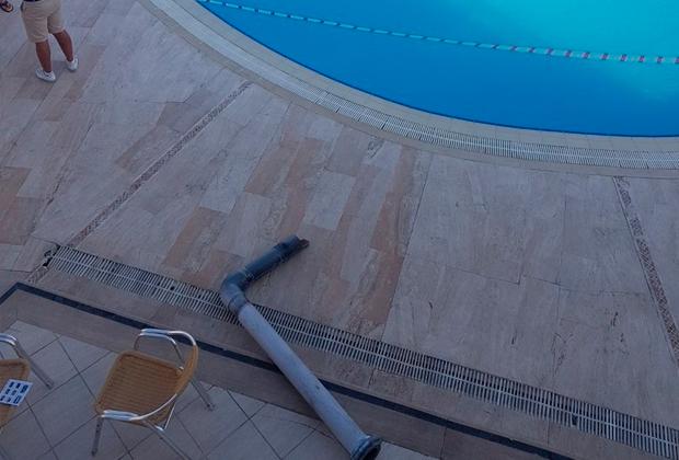 Обломок трубы водозабора; фотография сделана в первые минуты после трагедии