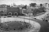 """«Грановский приходит на те же улицы и площади, изменившиеся практически до неузнаваемости, и с того же ракурса, что и в 20-е, снимает новую архитектуру, новые улицы и площади, выявляет новые перспективы, постепенно выстраивая новое восприятие», — рассказывает Елизавета Лихачева.<br><br>Площадь, изображенная на фотографии, в настоящее время называется <a href=""""https://ru.wikipedia.org/wiki/Лубянская_площадь"""" target=""""_blank"""">Лубянской</a>. Раньше она была известна как Дзержинская — по фамилии главы ВЧК (революционный аналог ФСБ) Феликса Дзержинского. Ведомство располагалось как раз в одном из зданий на площади, современные спецслужбы продолжили эту традицию. В здании с арками по центру кадра можно узнать будущие очертания гостиничного комплекса «Никольская».<br><br>Дзержинского решили увековечить не только назвав его именем площадь, но и установив «Железного Феликса» прямо в ее центре. <a href=""""https://ru.wikipedia.org/wiki/Памятник_Дзержинскому_(Москва)"""" target=""""_blank"""">Памятник</a> стоял с 1958 по 1991 год, пока его не демонтировали и не поместили в парк искусств «Музеон». До этого москвичи сами залезали на ненавистную им статую и пытались сбросить ее. «Железный Феликс» был символом старой власти, которая не уважала свобод и прав граждан, сгоняла невинных в лагеря и устраивала геноцид."""