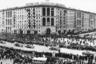 """12 апреля 1961 года с космодрома Байконур впервые был осуществлен запуск человека в космос. Через два дня вся Москва встречала героя — Юрия Гагарина. Сотни тысяч горожан и гостей столицы вышли на улицы. Они аплодировали, пели и кричали «Ура!»<br><br>«На этом панорамном снимке Науму Грановскому удалось запечатлеть движение праздничного кортежа машин с космонавтом по Ленинскому проспекту и передать торжественный дух того дня. Кадр был опубликован в июньском номере журнала """"Советское фото"""" 1961 года», — рассказывает Лихачева."""