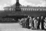 """Очередь в мавзолей — понятие нарицательное. <a href=""""https://ru.wikipedia.org/wiki/Мавзолей_Ленина#Гранитный_мавзолей"""" target=""""_blank"""">Место погребения вождя</a> признано объектом культурного наследия ЮНЕСКО, однако не каждый памятник истории превращается в сакральный и даже религиозный объект.<br><br>В советские годы Ленин заменил Бога: река «паломников» в те годы, когда мавзолей был открыт, никогда не пересыхала. Ожесточенные споры о судьбе монумента ведутся по сей день. Так, художник Дэвид Датуна <a href=""""https://lenta.ru/news/2020/09/16/lenin/"""" target=""""_blank"""">захотел выкупить</a> тело вождя и перевезти его в новый мавзолей в США. Ради своей цели мужчина готов собрать более миллиарда долларов. По словам художника, Америка движется в сторону коммунизма, и ей просто необходим Ленин как символ перемен."""