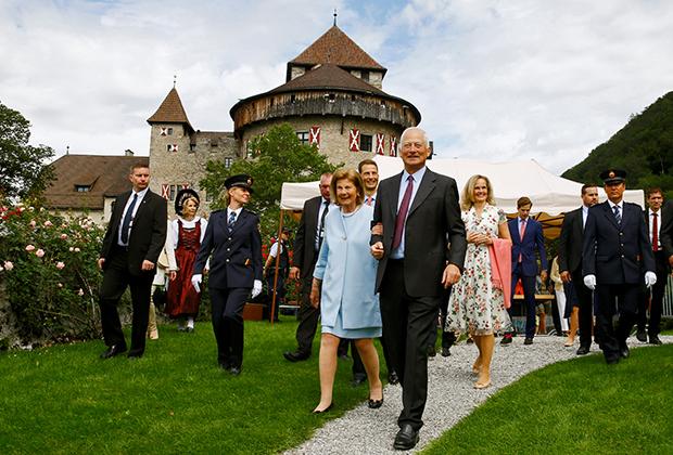 Князь Лихтенштейна Ханс-Адам II и его жена Мария на праздновании 300-летия Лихтенштейна в замке Вадуц