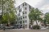 Несмотря на пандемию COVID-19 и популяризацию загородного индивидуального жилья, многоквартирные дома остаются и останутся востребованными, вероятно, еще долго. Wohnregal (буквально — «Жилая полка»)— это шестиэтажный жилой комплекс, сочетающий жилые и рабочие помещения. Здание из сборного железобетона, широко используемого в строительстве промышленных складов и мостов, построено в Берлине. На восточном и западном фасадах установлены навесные стены из крупногабаритных раздвижных стеклянных дверей. Это позволяет превращать жилые помещения в лоджии.