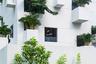 MIA Design Studio создала дом в экологически бедной жилой зоне Сайгона (Вьетнам), добавив зелени и природных элементов в каждый его уголок. «Небесный дом» (Sky House) окружают многочисленные безликие небоскребы, и архитекторам хотелось внести что-то живое в эти каменные джунгли. У них была задача — обеспечить глубокую горизонтальную и вертикальную связи между человеком и человеком и человеком и природой в этом доме, и они, кажется, справились.