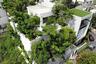Это здание немного похоже на тюремную камеру, но оно, без сомнения, украсило загазованный Бангкок. Архитекторы использовали деревья как живой занавес— теперь жители защищены от вредного воздействия различных выбросов. Внутри — идеальный микроклимат. Если эту концепцию позаимствуют жители других районов города, то у столицы Таиланда появится шанс хотя бы отчасти решить проблему загрязнения воздуха.