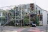 Еще один минималистичный дом, через который буквально проросли деревья и кустарники, возвели по проекту японского бюро Suzuko Yamada Architects. Трехуровневая «теплица» предназначена для проживания нескольких поколений одной семьи — детей, родителей и бабушек с дедушками.<br><br>Между домом и садом нет стен. Линии — бревна, стальные элементы, столбы и балки, а также лестницы, балюстрады, оконные рамы и мебель переплетаются с растениями. Жильцы, по задумке авторов, должны чувствовать себя абсолютно свободными. Есть здесь что-то из романа-ужастика Джона Уиндема «День триффидов», в котором хищные растения охотились на людей.