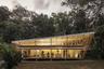 """No Footprint House (буквально — «Бесследный дом») был спроектирован так, чтобы дополнять природу Коста-Рики и минимизировать воздействие строительства на окружающую среду. Построенное во влажном тропическом климате здание гармонично взаимодействует с окружением: пассивный контроль климата обеспечивается за счет естественной вентиляции и защиты от солнца. И никаких кондиционеров — они, как недавно <a href=""""https://lenta.ru/news/2020/06/23/cond/"""" target=""""_blank"""">выяснилось</a>, могут быть источниками возбудителей легионеллы, микоплазмы и хламидийных инфекций (коронавирус по вентиляции передаваться не способен)."""