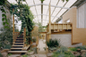 Достойный австралийский ответ британцам дает бюро Partners Hill, придумавшее 110-метровый дом-сарай, предназначенный для проживания, приготовления пищи и ведения сельского хозяйства. Он построен близ города Дейлсфорд, штат Виктория. Проект так и называется: Дейлсфордский длинный дом (Daylesford Longhouse). Внутри — бутик-ферма, садовая кухня, кулинарная школа, приемная и жилые помещения. Никуда не надо ходить, что, учитывая текущую эпидемиологическую обстановку, очень удобно.