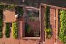 Эту крышу-сад спроектировало бюро TAA Design. Ступенчатая кровля, отделанная красной штукатуркой и черепицей, украшает дом в провинции Куангнгай в центральной части Вьетнама. Архитекторы целенаправленно создали многофункциональный двор и огород, вплетенный в пространство от первого этажа до крыши, в соответствии с образом жизни местного населения. Зеленая крыша не перегружает пространство поселения и вносит ценный вклад в его экосистему. Более того, с ее помощью частично удовлетворяются пищевые потребности жильцов.