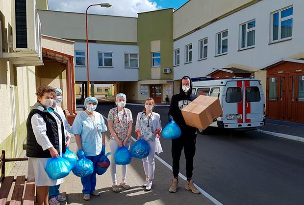 Волонтеры проекта помощи врачам во время эпидемии COVID-19 закупали для врачей оборудование, средства индивидуальной защиты, занимались поиском доноров для больных