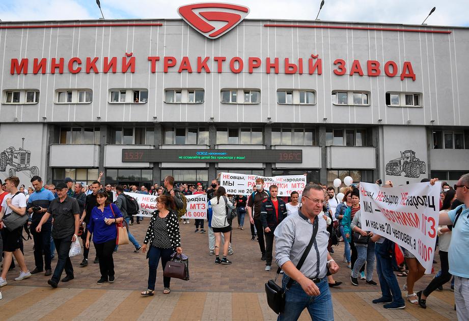 Бастующие работники Минского тракторного завода (МТЗ)