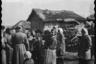 Немецкие солдаты среди местных жителей. Место и дата снимка неизвестны.