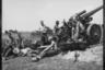 Обстрел советских позиций из немецкой тяжелой полевой гаубицы sFH18 калибра 150 мм. На одном из снарядов надпись «14.7.41» и советская звезда. Украина, 14 июля 1941 года.