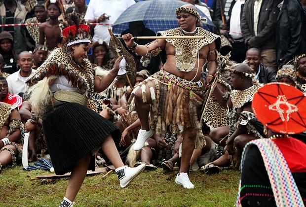 Президент Джейкоб Зума танцует со своей новобрачной пятой женой Тобекой Мадибой во время традиционной зулусской свадебной церемонии в Нкандле, 20 апреля 2012 года