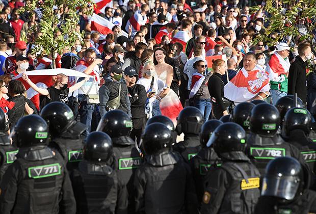 Сотрудники правоохранительных органов и участники акции протеста в Минске