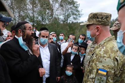 Застрявших на границе с Украиной паломников-хасидов накормили кошерной пищей