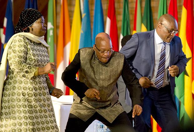Джейкоб Зума и премьер-министр провинции Гаутенга Дэвид Махура танцуют во время празднования Дня Африки 24 мая 2015 года в Претории, ЮАР
