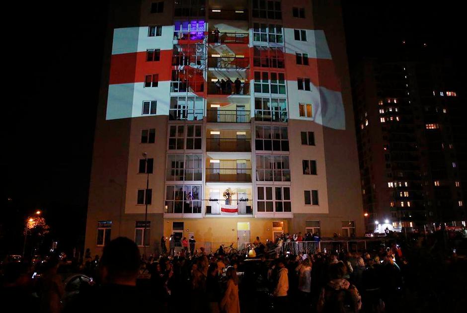 Пожалуй, самым громким событием во «Дворе перемен» был концерт группы «J:Морс». Музыканты выступили прямо на балконе, а на доме в этот момент транслировали проекцию оппозиционного флага и древнего герба «Погоня».