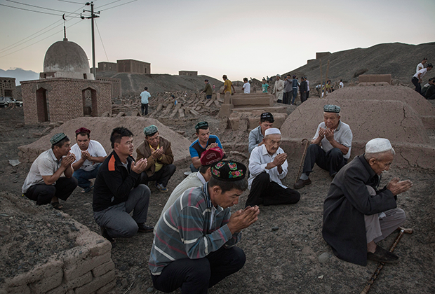 Уйгуры молятся на кладбище во время Курбан-байрама