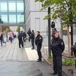 Сотрудники полиции у клиники «Шарите» (Charite) в Берлине, где находится политик Алексей Навальный