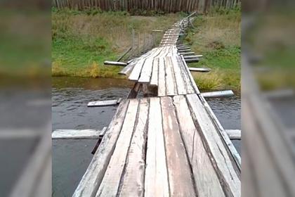 Россияне разобрали мост на костры