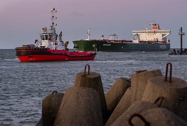 Нефтяной танкер в порту Клайпеды