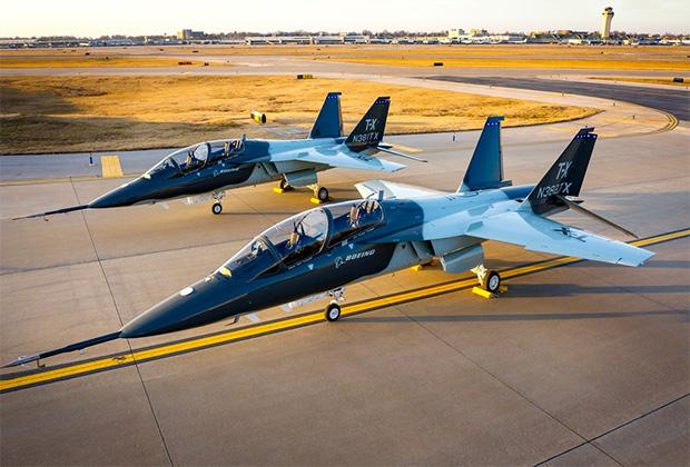 Учебно-тренировочный самолет eT-7 Red Hawk
