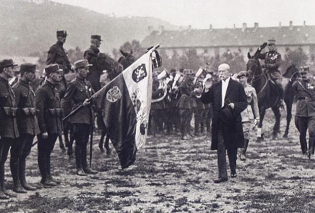 Первый президент независимой Чехословакии Томаш Масарик принимает парад легионеров, вернувшихся на родину