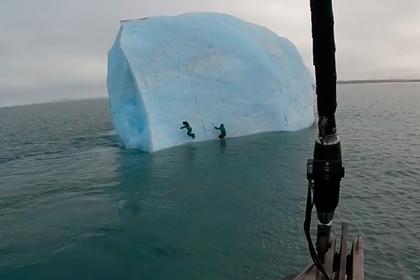 Айсберг перевернулся в океане вместе с людьми и попал на видео