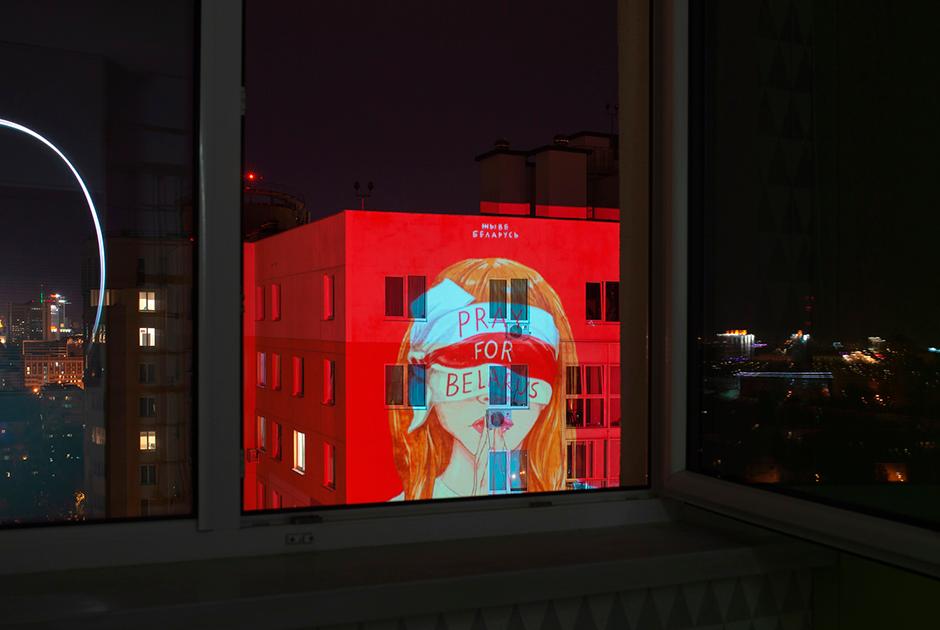 Неизвестные активисты с проекторами стараются подобрать максимально актуальное изображение. Например, эта картинка выражает отношение протестующих к жестоким арестам. А после задержания лидера оппозиции Марии Колесниковой на домах появлялись ее портреты.